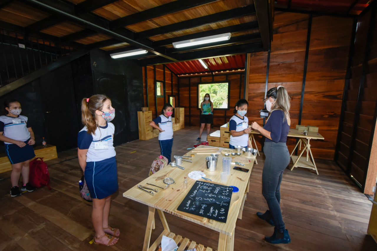 Crianças em aula na casa da árvore do Mundo das Crianças