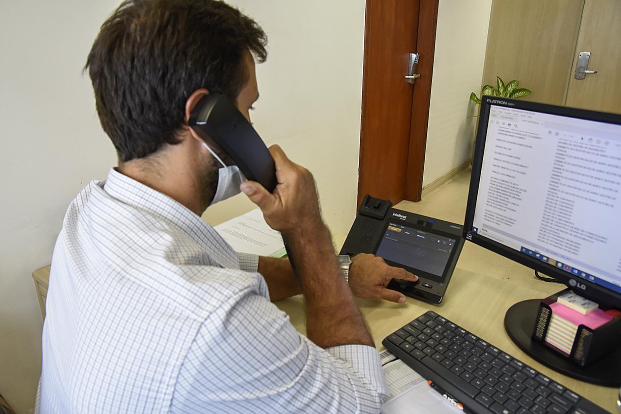 Funcionário pública utiliza telefone no Paço Municipal