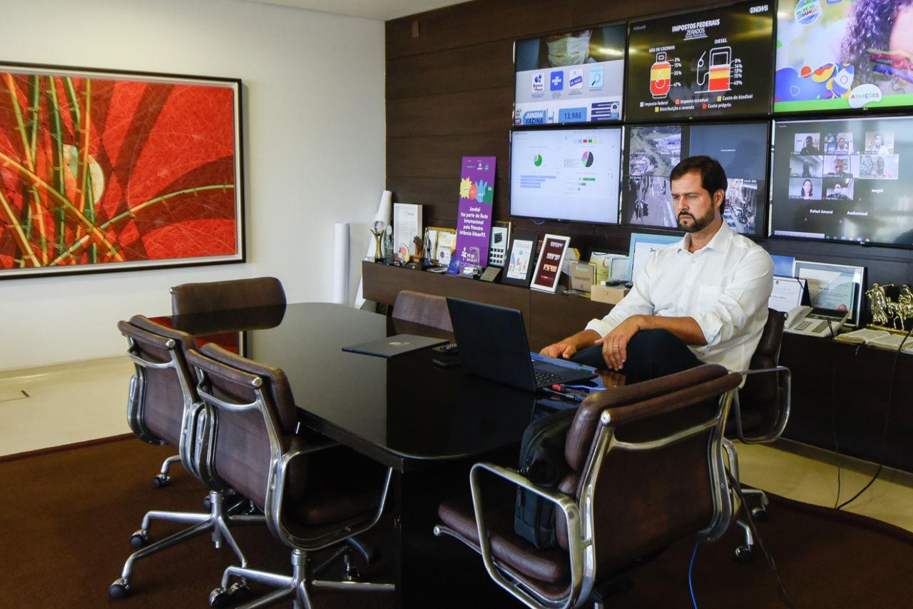 O prefeito Luiz Fernando Machado participa do evento de adesão por meio de uma sala virtual, em seu gabinete