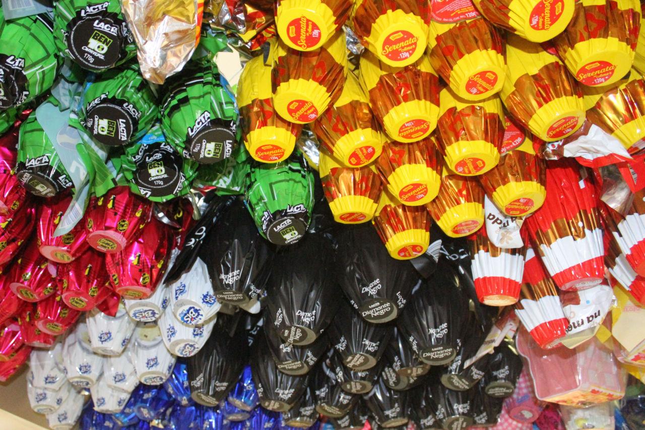 Ovos de Páscoa pendurados no mercado