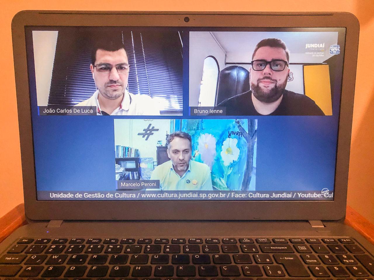 Tela e telado de computador portátil com imagens em primeiro plano de três homens, em ambientes diferentes