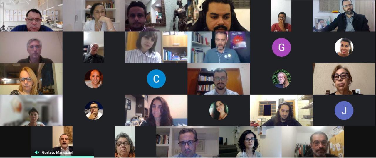 Mosaico de telas de pessoas participando de reunião virtual