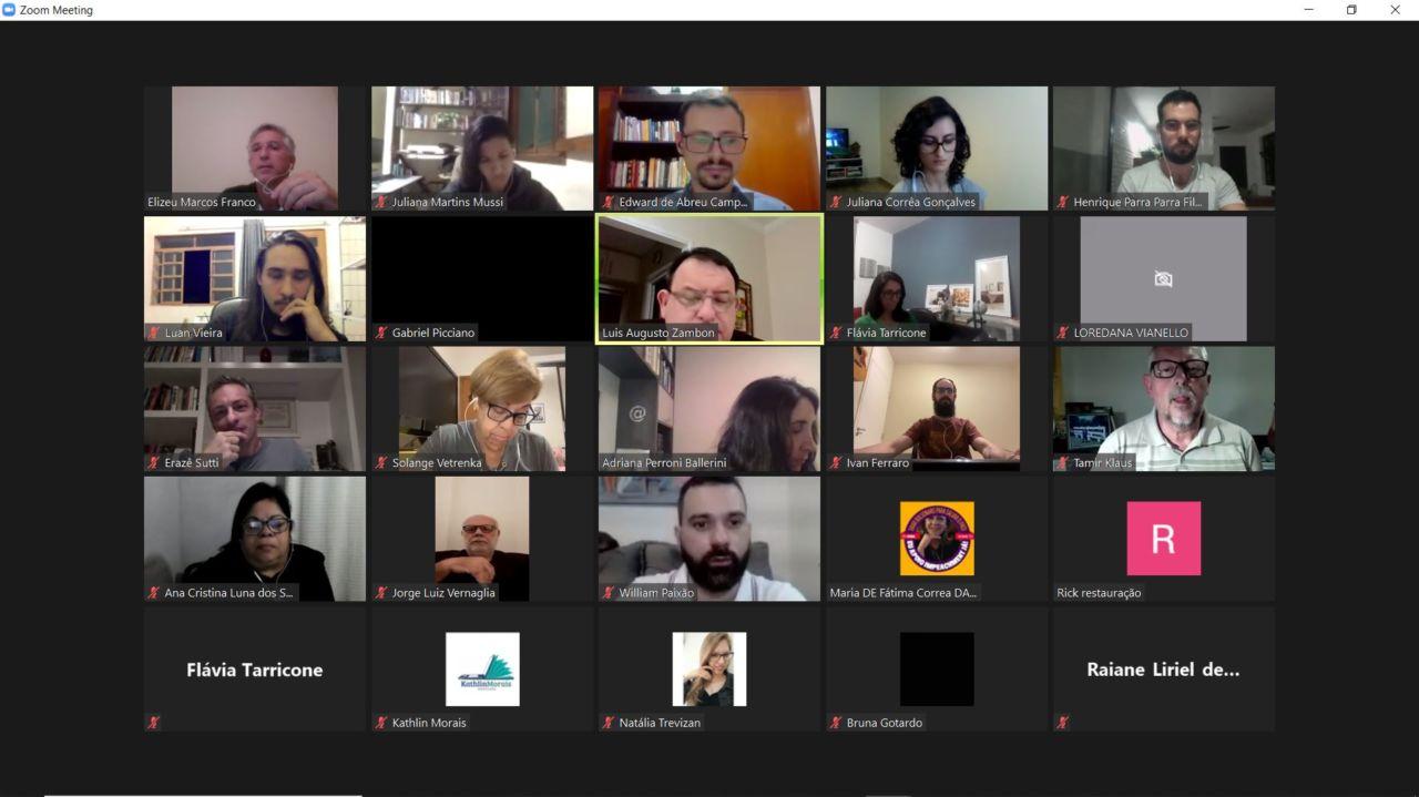 Mosaico de telas de pessoas em reunião virtual