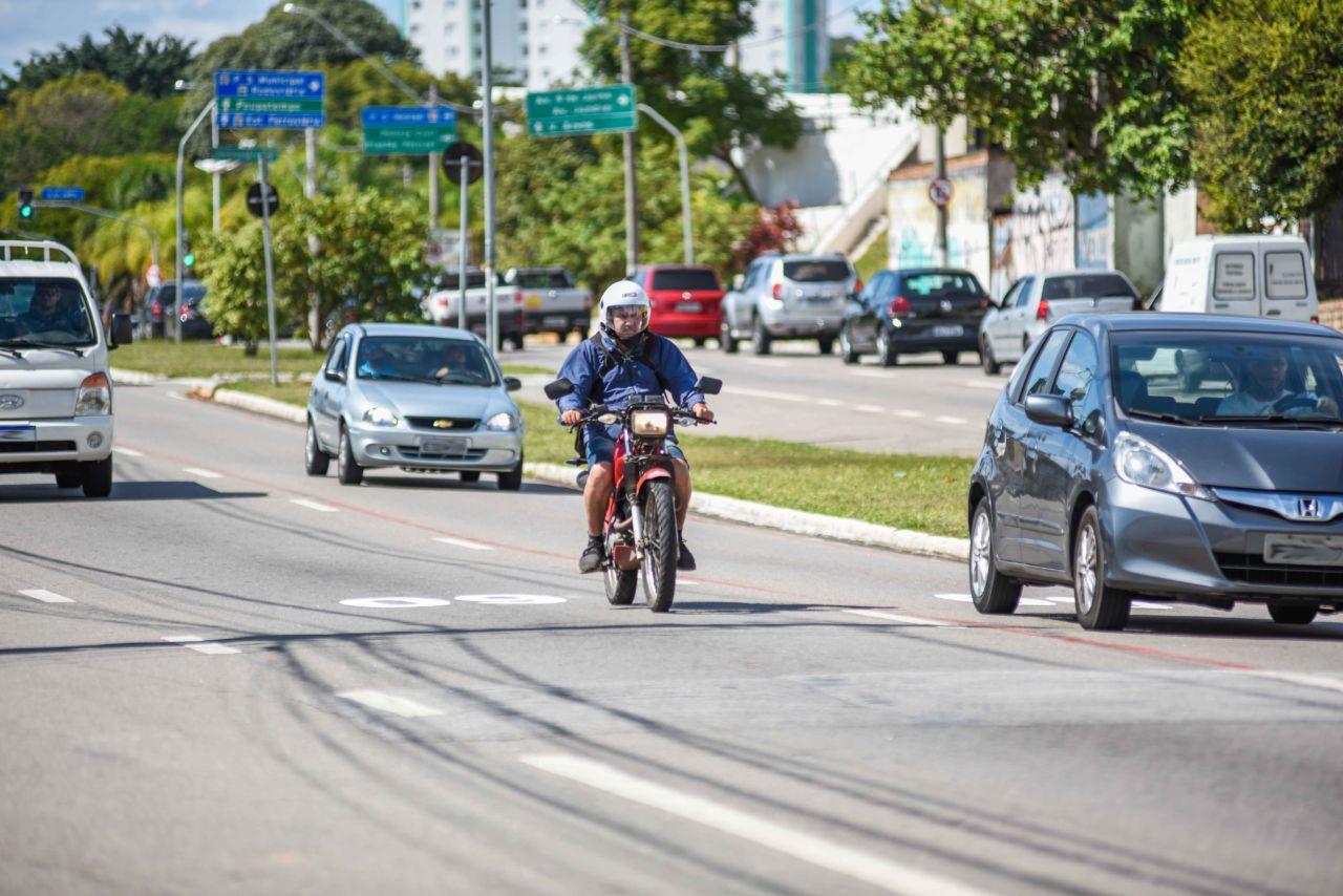 Motociclista circula por avenida de Jundiaí