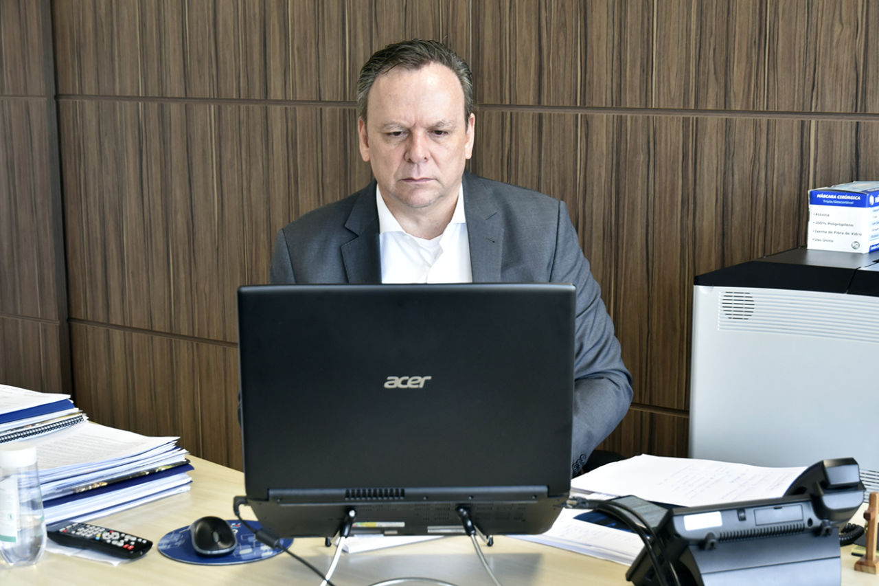 José Antonio Parimoschi em sua sala