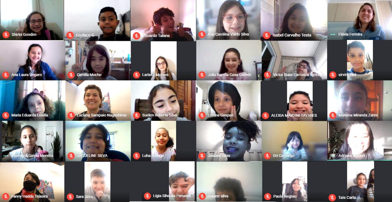 Mosaico de telas de crianças e adultos em videoconferência