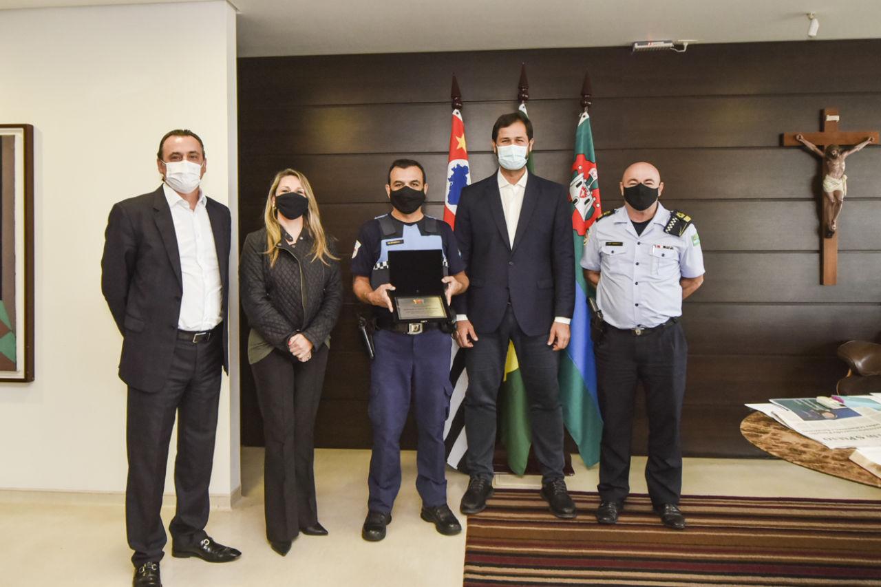 Gestores e autoridades ao lado do guarda municipal homenageado
