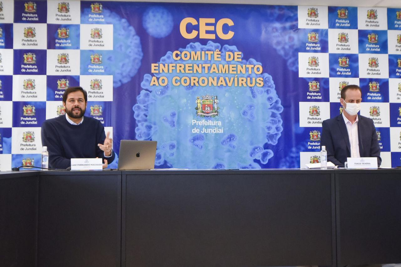 Prefeito Luiz Fernando Machado e gestor Tiago Texera durante transmissão ao vivo sobre covid-19