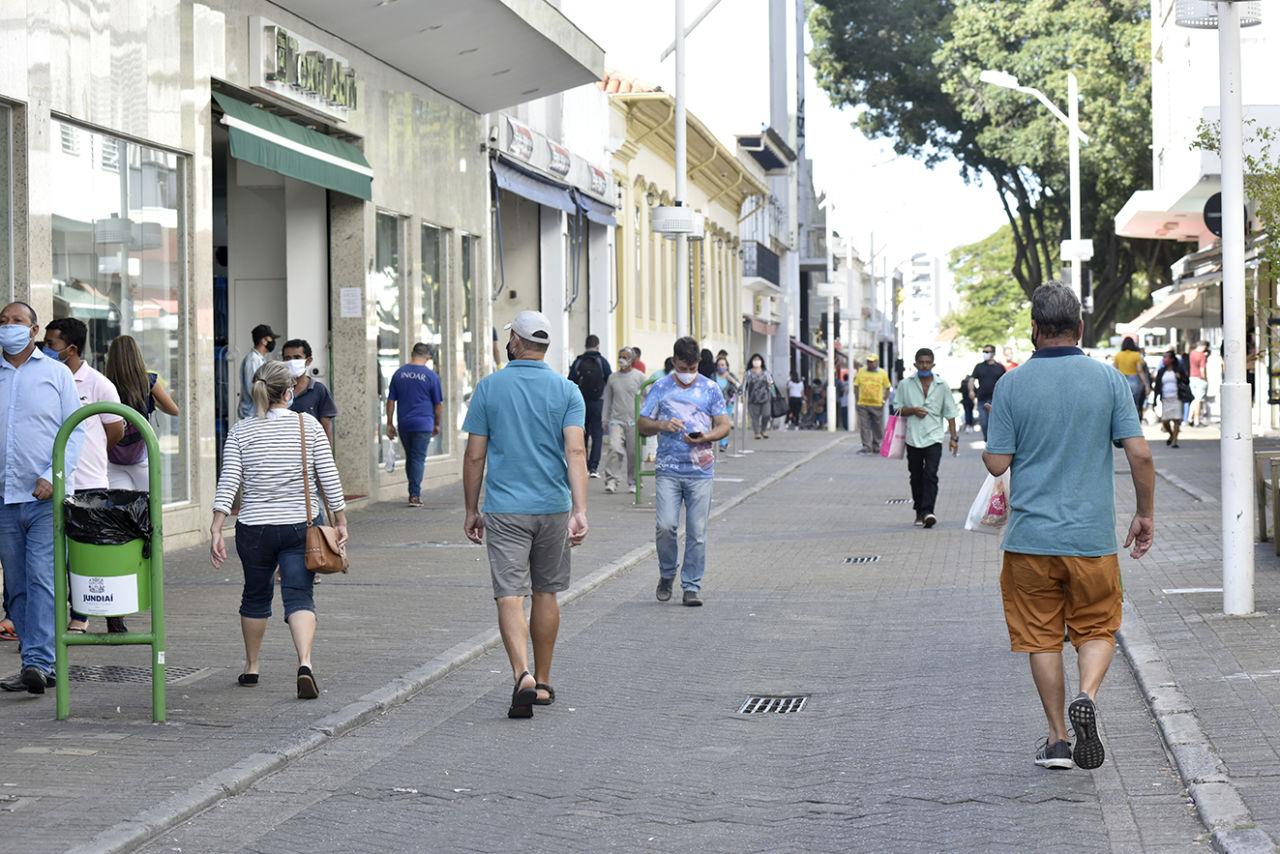 Pessoas caminham pelo Centro