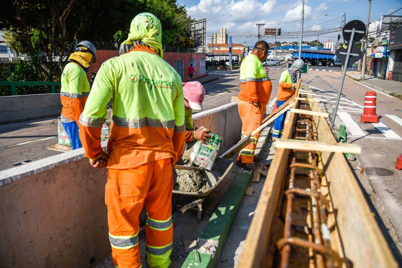 Homens trabalham no viaduto São João Batista