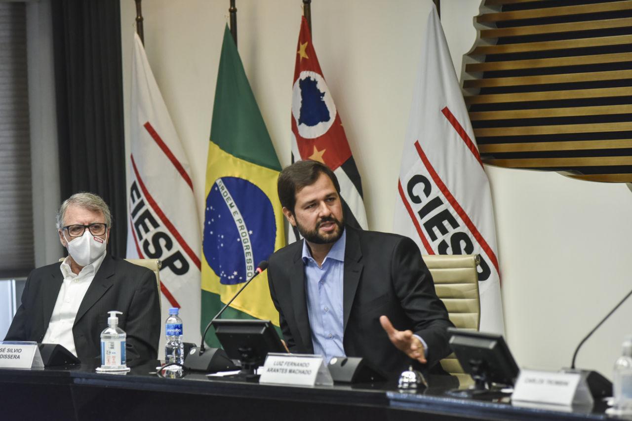 Luiz Fernando Machado fala aos espectadores da palestra, no Fiesp