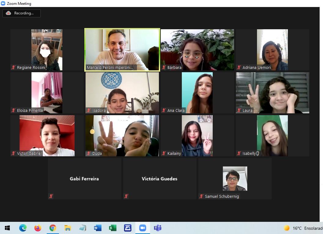 Imagem mostra reunião on-line. a tela está dividida entre as imagens de diversos participantes, na sua maioria, crianças.