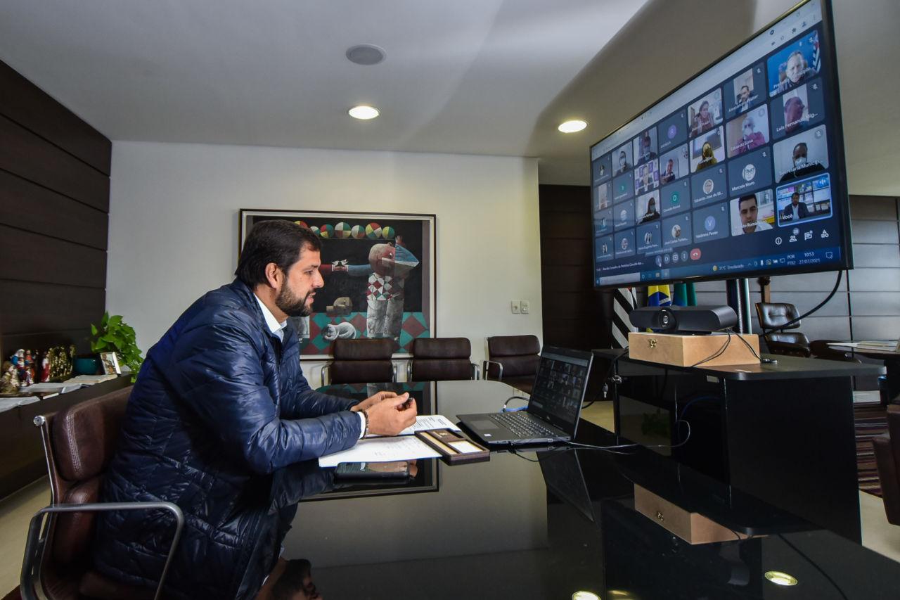 Prefeito Luiz Fernando em seu gabinete, no Paço Municipal