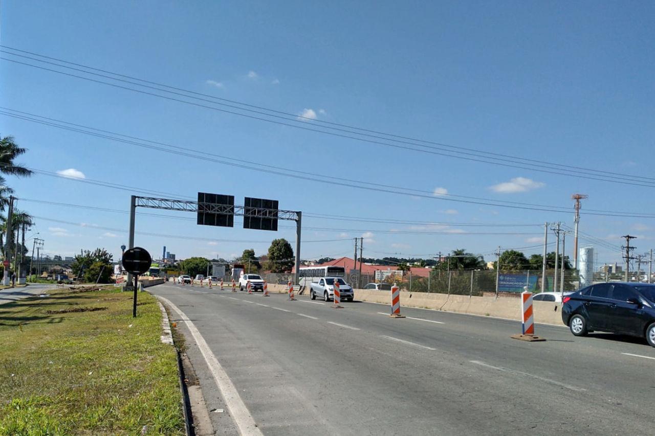 Veículos circulam por ponto de interdição na rodovia João Cereser