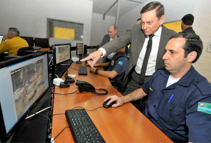 highlightprefeito_acompanha_montagem_placas_monitoramento_P_29G