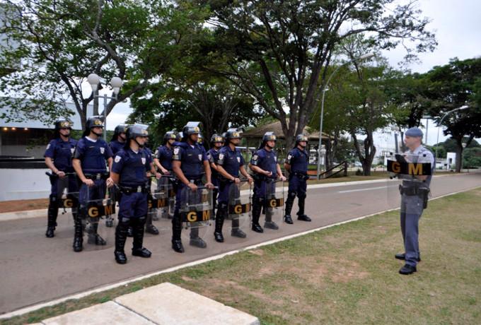 Guarda-Municipal-faz-treinamento-com-escudos-balísticos-2-720x478